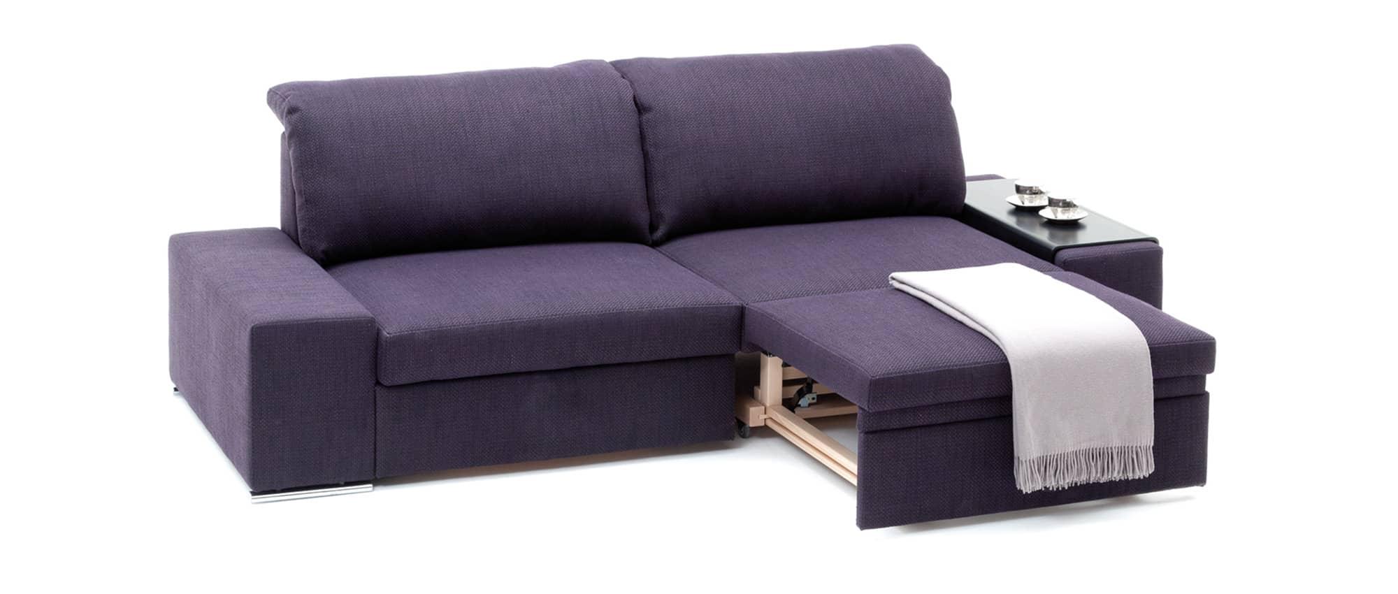 Schlafsofa CLUB in der Relaxposition mit Armlehnen Tablett. Franz Fertig bietet einen große Stoffauswahl an.