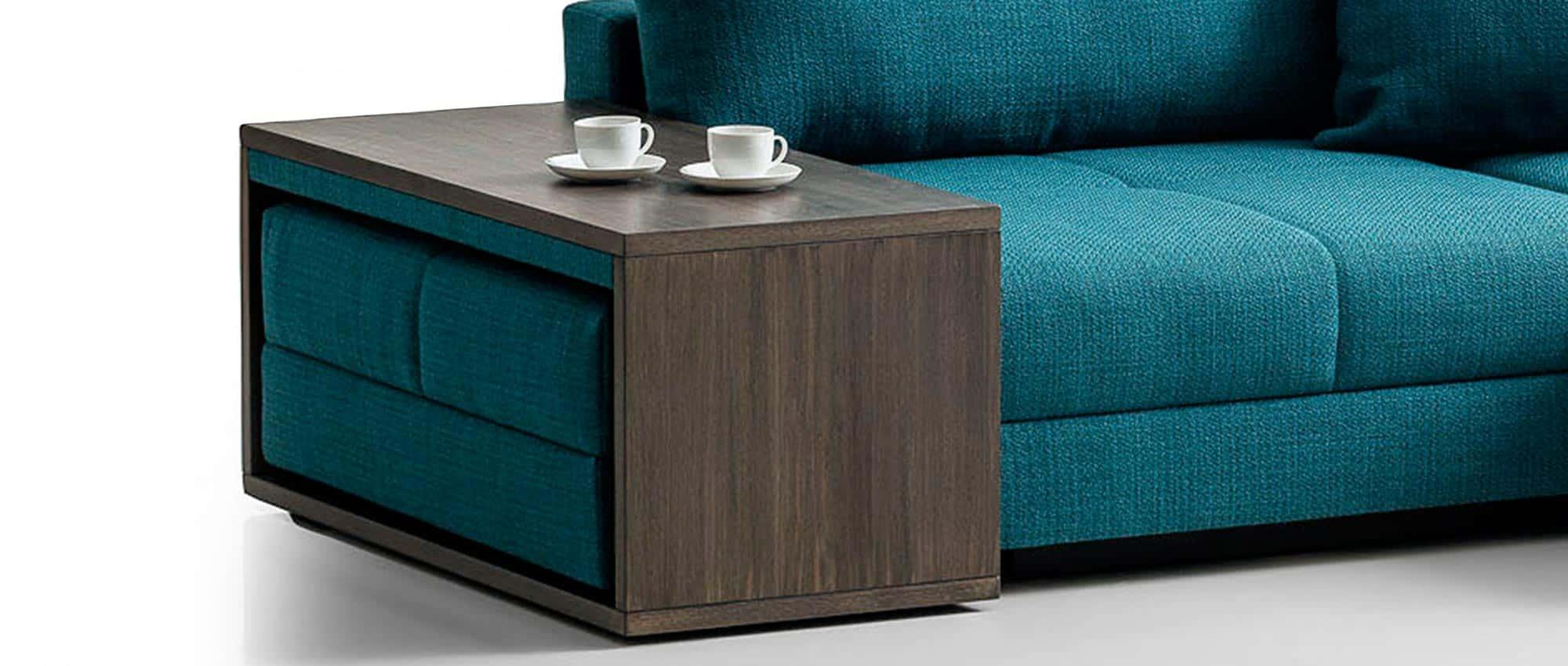 Optional ist der Holztisch zum COCCO Eckschlafsofa wählbar. Verschiedene Holztöne. Beisteilltisch, Couchtisch. Eckschlafsofa mit beistelltisch. Franz Fertig bietet eine große Stoffauswahl an.