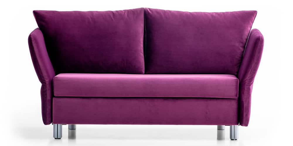 LUINO Schlafsofa von Franz Fertig mit klappbaren Armlehnen. Sofa mit Gästebettfunktion. Sofa in lila.