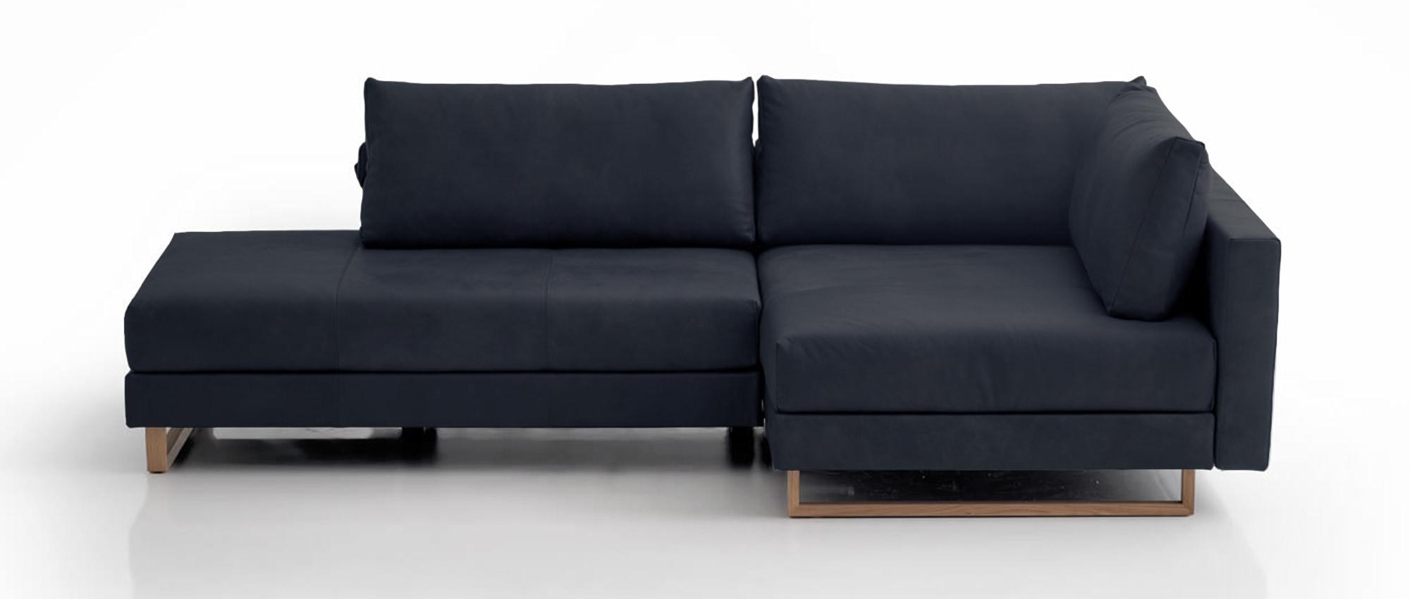 CORALI Eckschlafsofa von Franz Fertig in Leder blau. Holzkufen. Gästebett. Ecksofa mit Schlaffunktion. Liegefläche ca 150x200 cm.