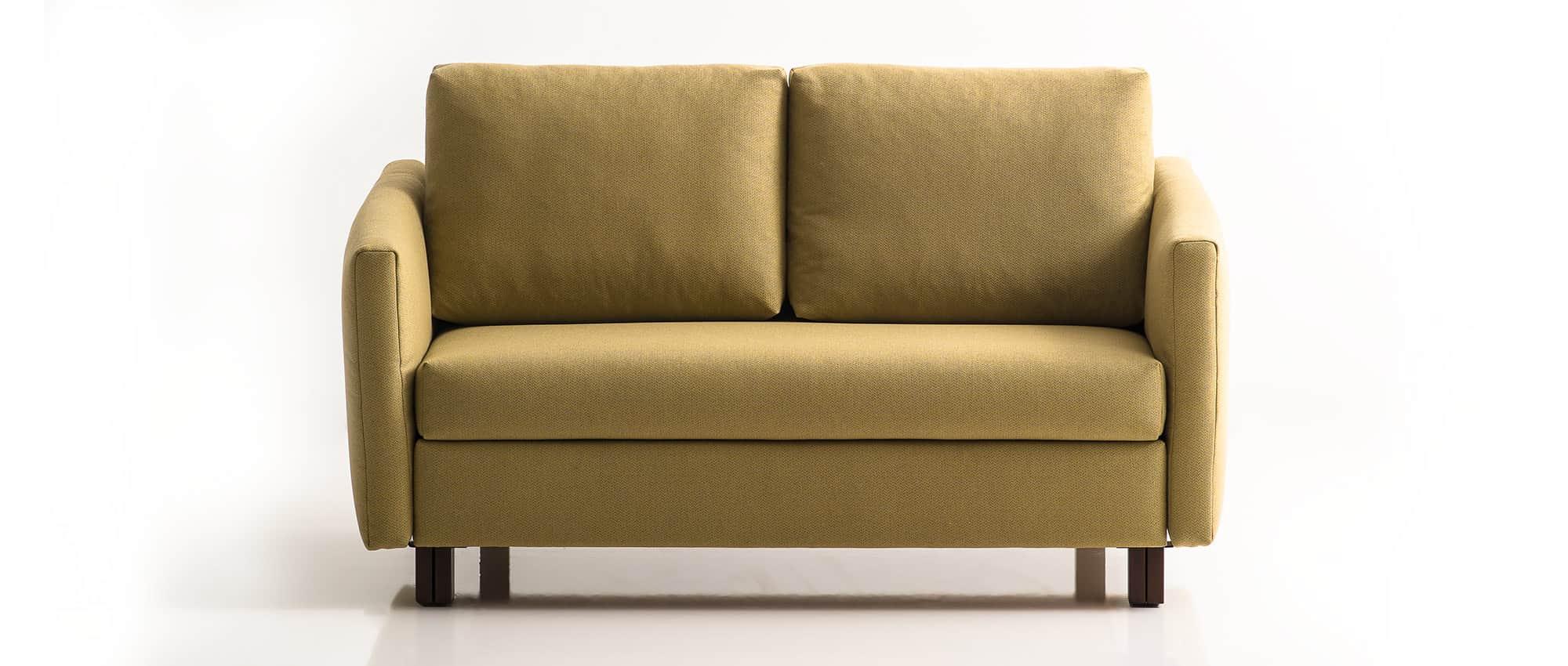 VELA Schlafsofa von Franz Fertig mit klappbaren Armlehnen in gelb. Platzsparendes Schlafsofa mit Gästebett Funktion.