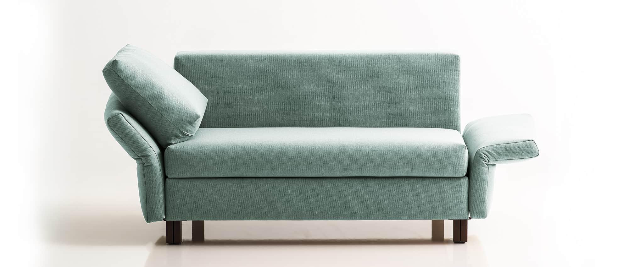 Schlafsofa VELA von Franz Fertig in blau. Klappbare Armlehnen. Franz Fertig bietet Stoffe in braun, weiß, schwarz, grün, grau und weitere Farben an. Handgefertigt in Deutschland.