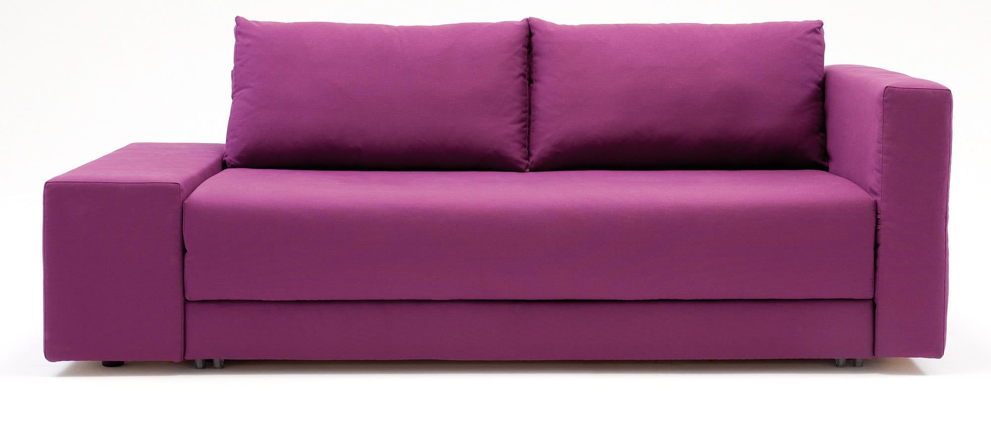 CONFETTO Schlafsofa von Franz Fertig mit unterschiedlichen Armlehnen. Breite Armlehnen, feste Armlehnen. Rückenkissen. Sofa mit Schlaffunktion.