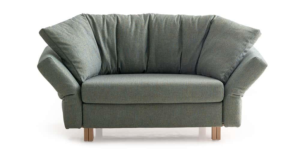 MALOU Schlafsessel von Franz Fertig in Stoff. Winkelbodenkissen. Sessel mit Gästebettfunktion.