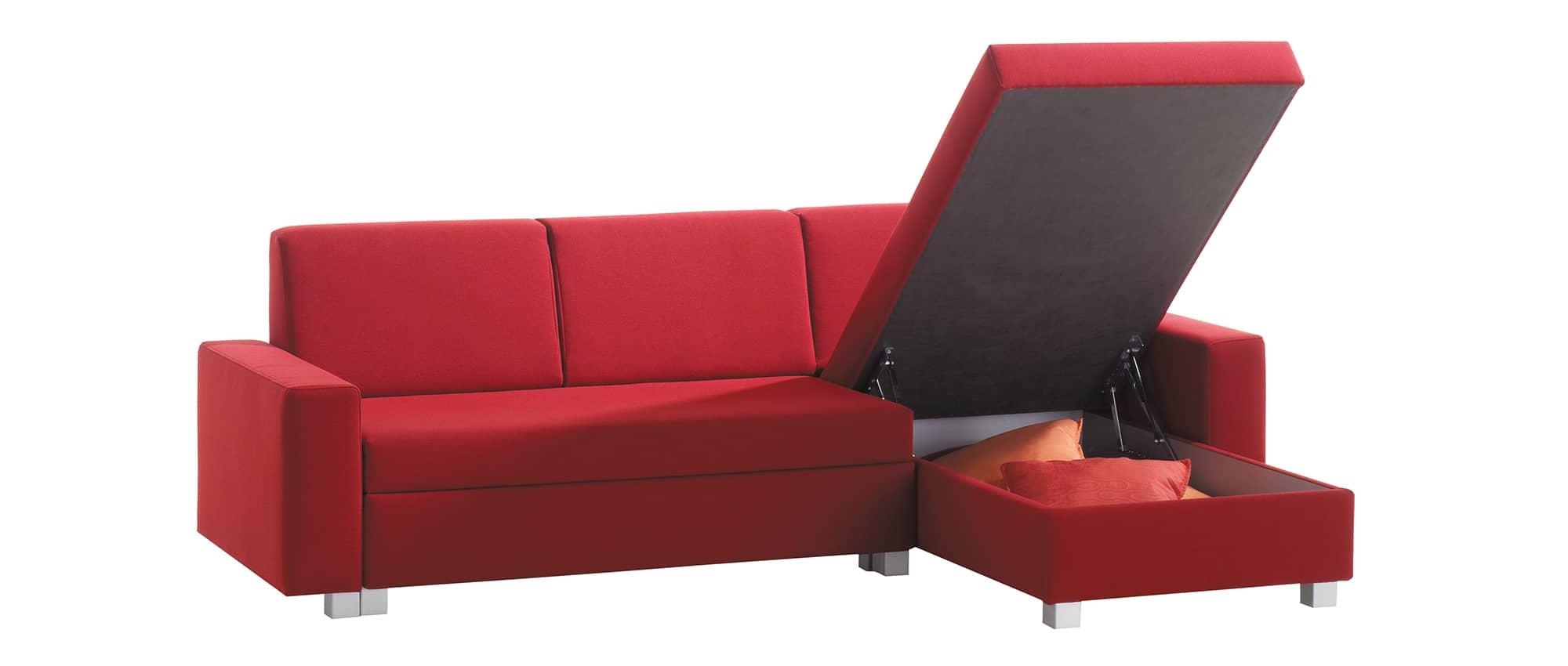 Das MINNIE Eckschlafsofa von Franz Fertig hat einen großen Bettkasten. Stauraum für Bettwäsche. Sofa in rot. Ecksofa in rot.