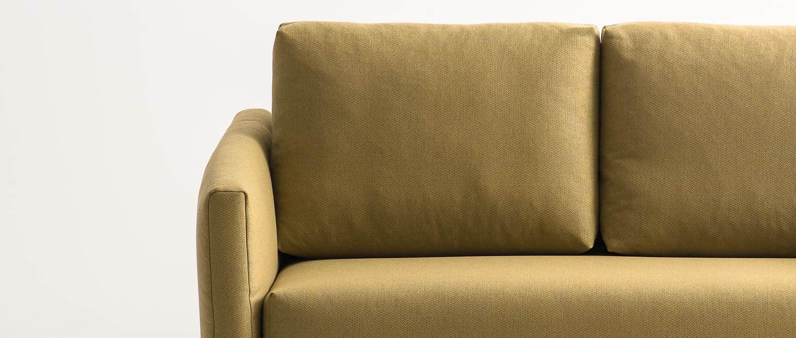 Zwei Rückenkissen sind im Lieferumfang des Schlafsofas enthalten. Gerade Rückenkissen. Sofa in gelb. Bettsofa. Sofa mit Bettfunktion