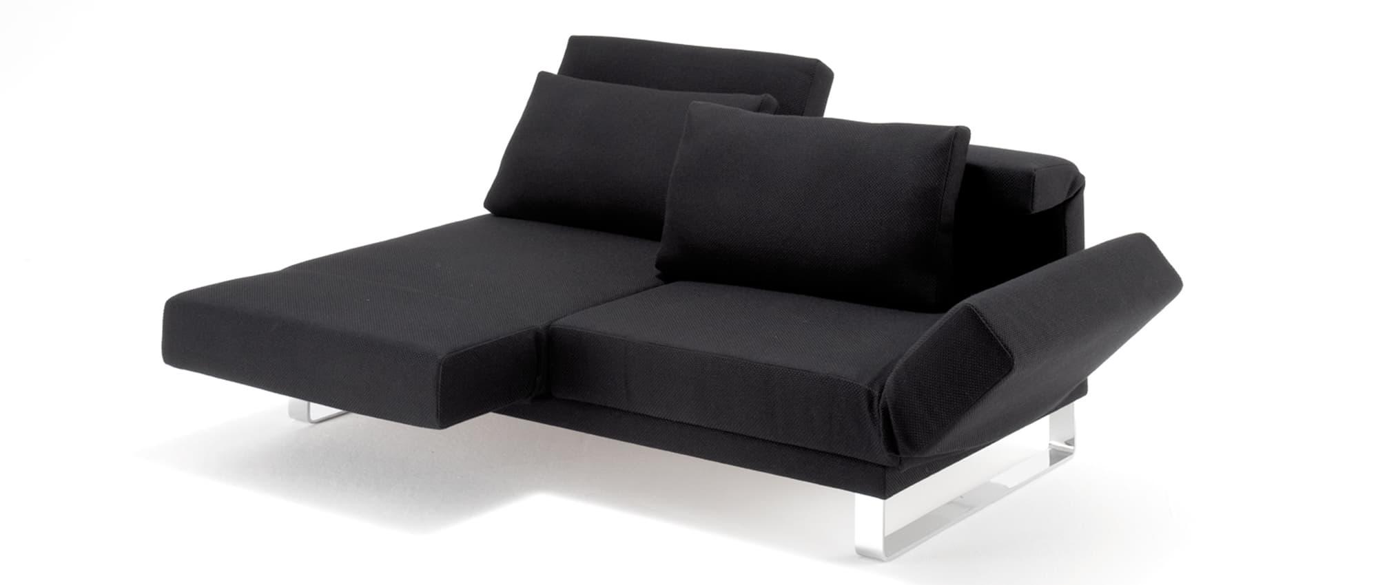 Schlafsofa RIGA von Franz Fertig mit Metallkufen und klappbaren Lehnen. Klappbare Armlehne. Relaxposition. Sofa in schwarz.