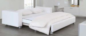 MINNIE Schlafsofa von Franz Fertig in weiß - Liegefläche in ca. 130x200 cm, ca. 150x200 cm und ca. 180x200 cm erhältlich. Sofa mit Gästebett Funktion. Gästebett für 2 Personen